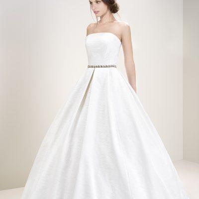 Bride wearing Jesus Peiro 7005