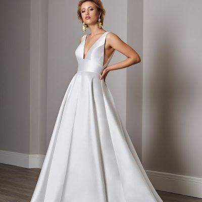 bride wearing sassi holford wedding dress